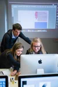 étudiants travaillant en micro-agences