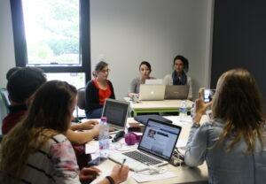 étudiants travaillant sur la simulation de gestion de crise